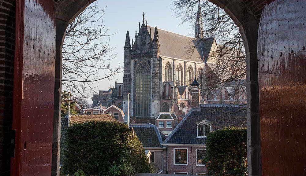 Leiden. Doorkijkje vanaf de Burcht richting Hooglandse Kerk