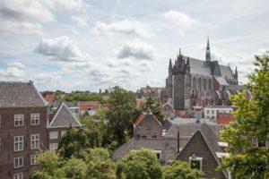 Hooglandse Kerk in Leiden gezien vanaf de muur van de Burcht
