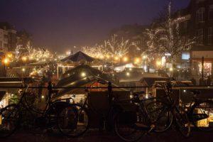 Kerstmarkt in Leiden aan de Boter en Vismarkt. Genomen vanaf de Koornbrug.