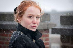 Portret meisje rood haar. Onscherpe achtergrond door diafragma.