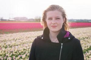 Meisje in de tulpenvelden
